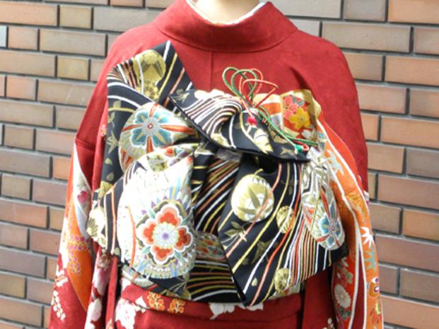 一生に一度の成人式☆着付けとヘアセットはfloatに任せて頂き、忘れられない成人式を一緒に楽しみませんか?華やかな振袖姿は、前から見たときの柄はもちろん、後ろから見ても華やかで色々な帯の結び方があり魅力的です!そこで今回は振袖に合う帯結びを紹介します!【基本の帯結びは3種類】振袖の帯結びは、基本的に浴衣の帯結びにも使われる「文庫結び」、リボン結びを斜めにしたような形状の「立て矢結び」、そして袋帯ともいわれる「二十太鼓結び」の3種類があります。その中でも、現在の振袖の帯結びの主流は「文庫結び」と「立て矢結び」です!それぞれ沢山の変わり結びやアレンジ方法があります♪